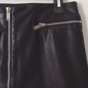 F21| black faux leather skirt|